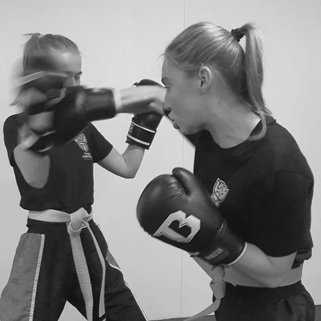 Tjejgruppen i kickboxning hos Tyresö Kampsport